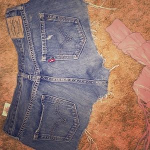 Adorable cut off jean shorts by Levi